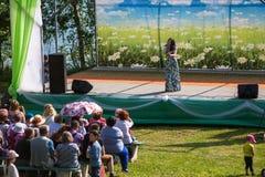 : Tijdens festivalgebeurtenissen gewijd aan 69ste verjaardag van stedelijk-typeregeling Nikolskiy Stock Foto