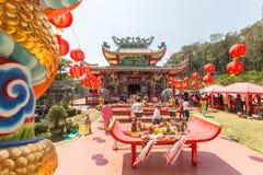 Tijdens het vierings Chinese Nieuwjaar in de Chinese tempel Stock Foto