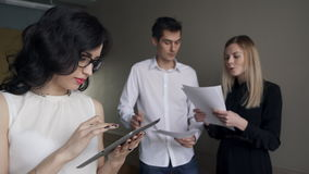Tijdens onderhandelingen zoekt de medewerker naar gegevens over Internet stock video