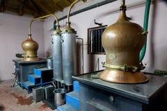 Tijdens traditionele distillatie van alcohol en productie van hom stock fotografie