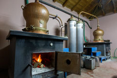 Tijdens traditionele distillatie van alcohol en productie van hom stock foto