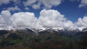 Tijdoverlappingen van een skilift op een achtergrond van bergen en wolken stock footage