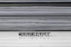 Tijdschrift op parels met tijdschriften op de achtergrond worden gestapeld die royalty-vrije stock foto