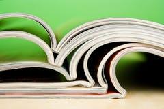 Tijdschriften die op lijst liggen Royalty-vrije Stock Foto's