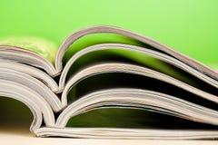 Tijdschriften die op lijst liggen Royalty-vrije Stock Fotografie