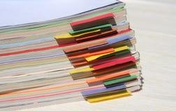 Tijdschriften met gekleurde lusjes royalty-vrije stock afbeelding