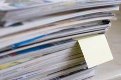Tijdschriften met post-itnota Stock Fotografie