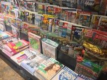 Tijdschriften op kioskplank die worden getoond stock afbeeldingen
