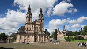 Tijdtijdspanne - Bewegende wolken over de kathedraal van Fulda stock footage