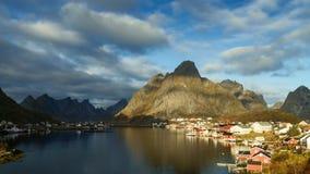 Tijdtijdspanne - bewegende wolken over het visserijdorp van Reine stock videobeelden