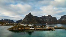 Tijdtijdspanne - bewegende wolken over het visserijdorp van Sakrisoy stock video