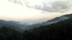 Tijdtijdspanne de beweging van mist door de vallei stock footage