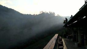 Tijdtijdspanne de beweging van mist door de vallei stock video