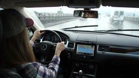 Tijdtijdspanne die een auto drijven door de stad Achter het wiel van een mooi meisje 4K langzame mo stock footage