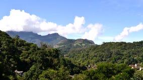 Tijdtijdspanne - gebied van bergen met hemel en wolken stock videobeelden