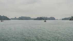 Tijdtijdspanne in Halong-Baai met camerabeweging Een mirakel van aard in Vietnam stock footage