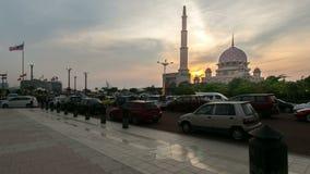 Tijdtijdspanne HD Mooie zonsondergang bij Putra-Moskee, Putrajaya Tonend zich het bewegen en veranderend kleurenwolken stock footage