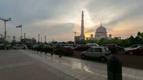 Tijdtijdspanne HD Zonsondergang bij Putra-Moskee, Putrajaya Tonend zich het bewegen en veranderend kleurenwolken stock footage