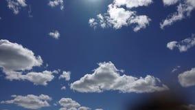 Tijdtijdspanne 4K, het zonlicht door witte wolken bij de blauwe hemelachtergrond Het mooie cumuluswolk hoog bewegen zich snel bin stock videobeelden