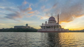 Tijdtijdspanne 4K Mooie Zonsopgang bij Putra-Moskee, Putrajaya Tonend zich het bewegen en veranderend kleurenwolken stock footage