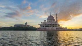 Tijdtijdspanne 4K Mooie Zonsopgang bij Putra-Moskee, Putrajaya Tonend zich het bewegen en veranderend kleurenwolken stock video