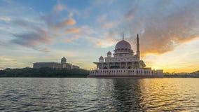 Tijdtijdspanne 4K Mooie Zonsopgang bij Putra-Moskee, Putrajaya Tonend zich het bewegen en veranderend kleurenwolken stock videobeelden