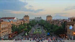 Tijdtijdspanne, menigte van mensen op de achtergrond van een landschap met blauwe hemel en wolken stock videobeelden