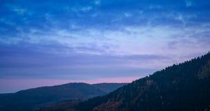Tijdtijdspanne over de zonsondergang over de heuvels van de herfsteifel stock footage