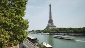 Tijdtijdspanne in Parijs De toren van Eiffel en kaden van zegen stock videobeelden