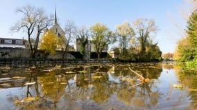 Tijdtijdspanne in Poitiers Clainrivier en herfstbladeren stock videobeelden