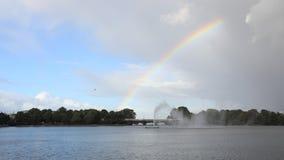 Tijdtijdspanne - regenboog over Innenalster stock video