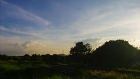Tijdtijdspanne van aardig landschap en wolkenbeweging bij spoorweg stock videobeelden