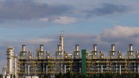 Tijdtijdspanne van aardolie en petrochemische installatie voor chemisch product in industriezone met zich het bewegen van regenac stock video