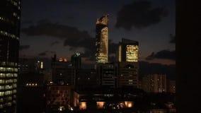 Tijdtijdspanne van Abu Dhabi-stadstorens en horizon bij nacht - Wereldhandelscentrum en de wandelgalerij stock footage