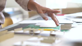 Tijdtijdspanne van Architect Cutting Out Component voor Model stock footage