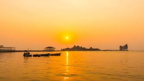 Tijdtijdspanne van atmosfeer tijdens zonsondergang in Koh Loy Sriracha, Chonburi, Thailand stock videobeelden
