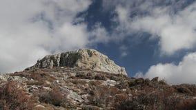 Tijdtijdspanne van bergbovenkant met wolken in Griekenland stock videobeelden