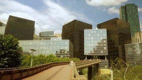 Tijdtijdspanne van bewegende bedrijfsmensen de gebouwen van het horizonbureau stock videobeelden