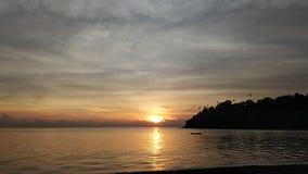 Tijdtijdspanne van bewolkte zonsopgang bij oceaanstrand stock videobeelden