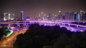 Tijdtijdspanne van bezig verkeer over viaduct in moderne stad, Shanghai, China stock footage