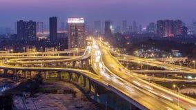 Tijdtijdspanne van bezig verkeer in WUHAN van dag aan nacht stock video