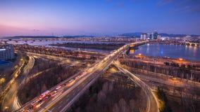 Tijdtijdspanne van bruggen en Auto's die in kruising, Han Riverside bij Nacht in Seoel Van de binnenstad overgaan, Zuid-Korea 4K stock footage