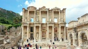 Tijdtijdspanne van Celsus-bibliotheek in oude de stadsruïnes van Ephesus op bewolkte hemel Beroemde plaats voor toeristen in Izmi stock videobeelden