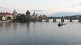 Tijdtijdspanne van Charles Bridge en de TORENS van de Oude Stad van Praag stock videobeelden