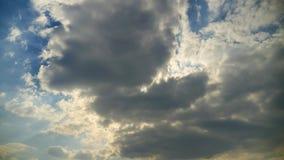 Tijdtijdspanne van cumuluswolken tegen een blauwe hemel De witte wolken halen de hemel aan stock video