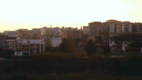 Tijdtijdspanne van dampen op de stad bij dageraad stock video