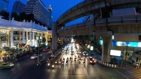Tijdtijdspanne van de bezige straten van Bangkok bij nacht stock video