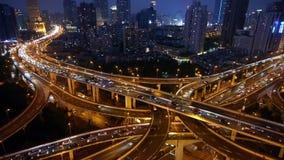 Tijdtijdspanne, van de de Nacht Luchtmening van Shanghai de Autoopstopping op viaductuitwisseling stock videobeelden