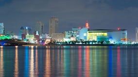 Tijdtijdspanne van de horizon van Miami bij nacht stock videobeelden