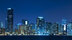 Tijdtijdspanne van de horizon van Miami bij nacht stock video